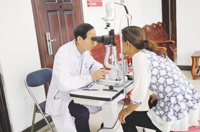 黄陂:家门口给居民进行眼睛健康筛查